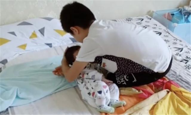 """Nhìn hành động bế ru, đặt em bé ngủ vô cùng """"thần sầu"""" của cậu bé này, nhiều bà mẹ trẻ có khi còn hổ thẹn không bằng! - Ảnh 3."""