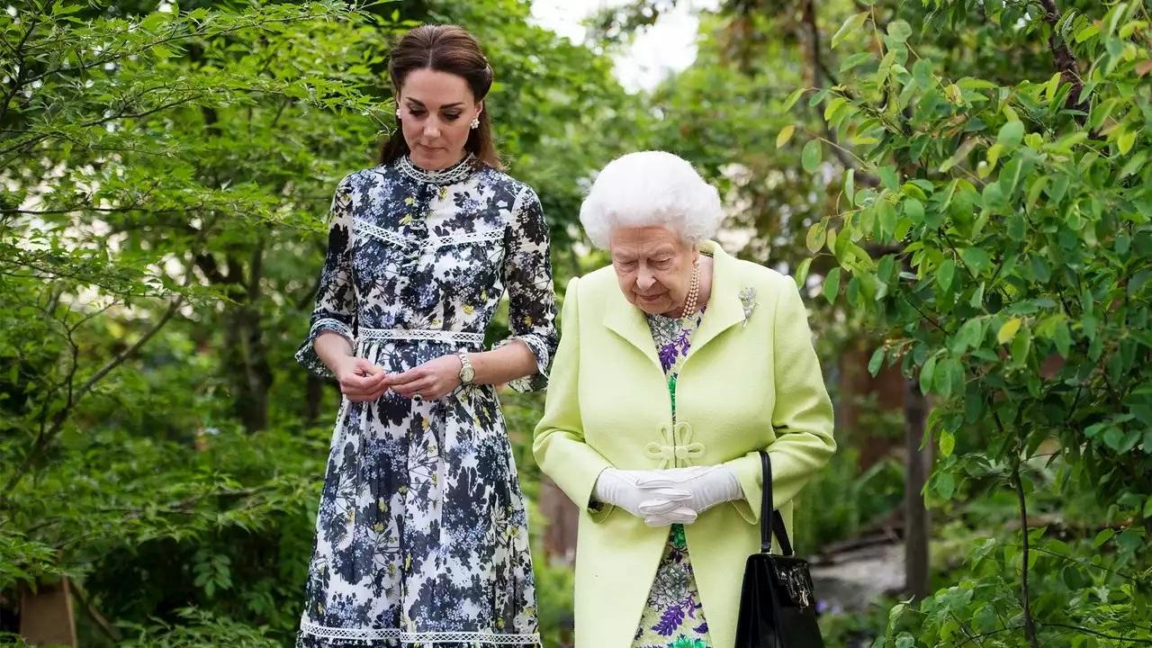 """Mặc đẹp đỉnh cao còn khéo """"nịnh"""" Nữ hoàng, bảo sao Công nương Kate luôn được dân tình yêu quý hết mực - Ảnh 4."""