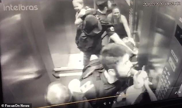 Khoảnh khắc ám ảnh: Chó lao vào thang máy tấn công bé trai 18 tháng tuổi, bảo mẫu đi cùng trở tay không kịp - Ảnh 3.