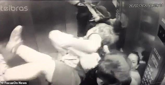 Khoảnh khắc ám ảnh: Chó lao vào thang máy tấn công bé trai 18 tháng tuổi, bảo mẫu đi cùng trở tay không kịp - Ảnh 4.