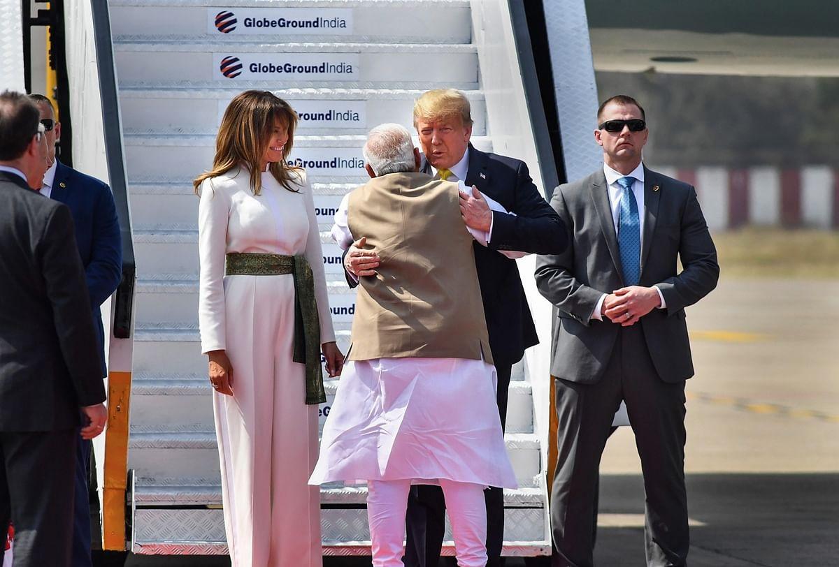 Bà Melania Trump khí chất ngút ngàn khi diện jumpsuit trắng nhưng ý nghĩa thú vị sau đó mới càng khiến dân tình trầm trồ - Ảnh 2.