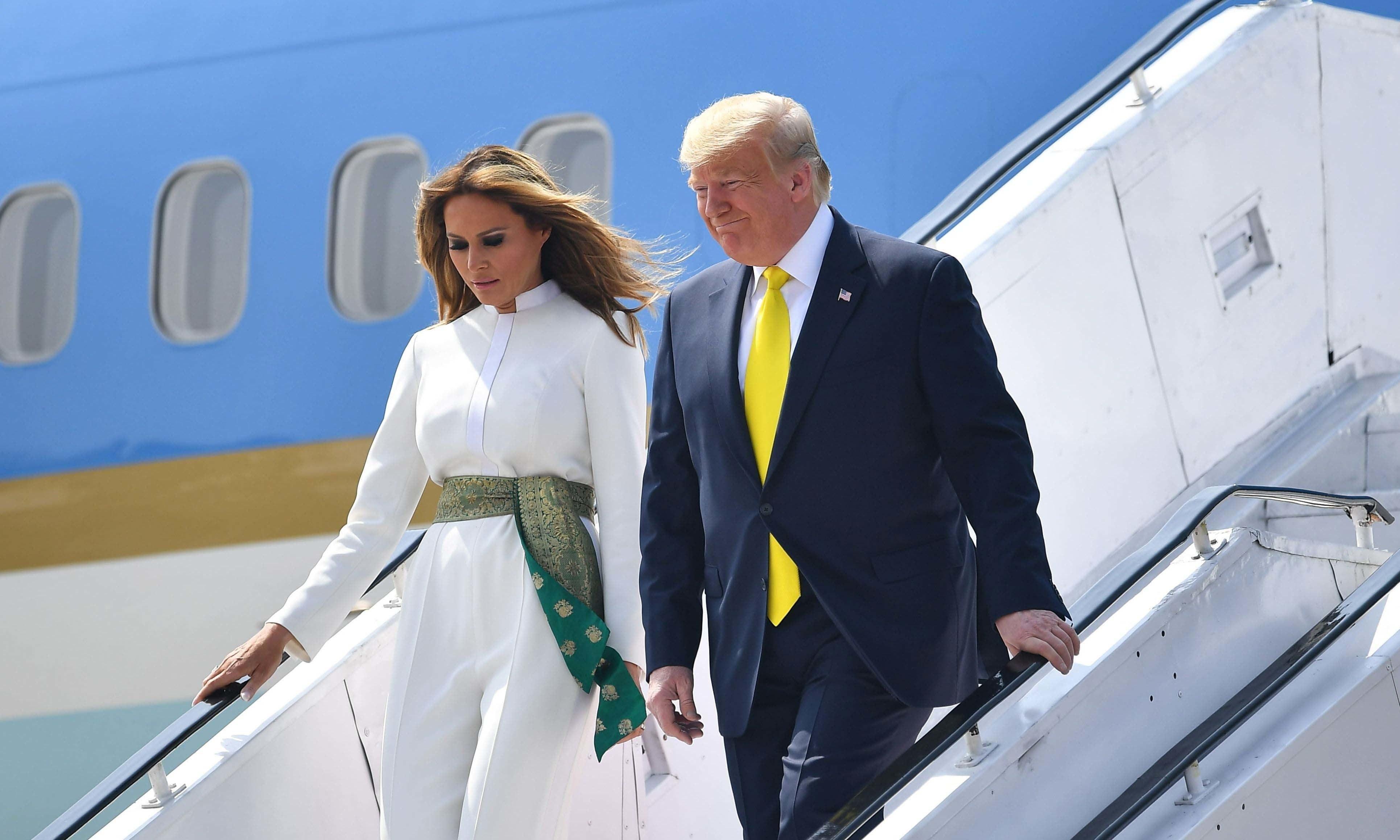 Bà Melania Trump khí chất ngút ngàn khi diện jumpsuit trắng nhưng ý nghĩa thú vị sau đó mới càng khiến dân tình trầm trồ - Ảnh 1.