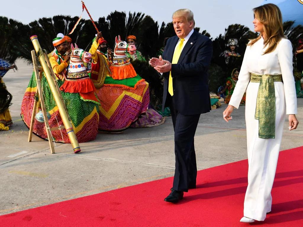 Bà Melania Trump khí chất ngút ngàn khi diện jumpsuit trắng nhưng ý nghĩa thú vị sau đó mới càng khiến dân tình trầm trồ - Ảnh 4.