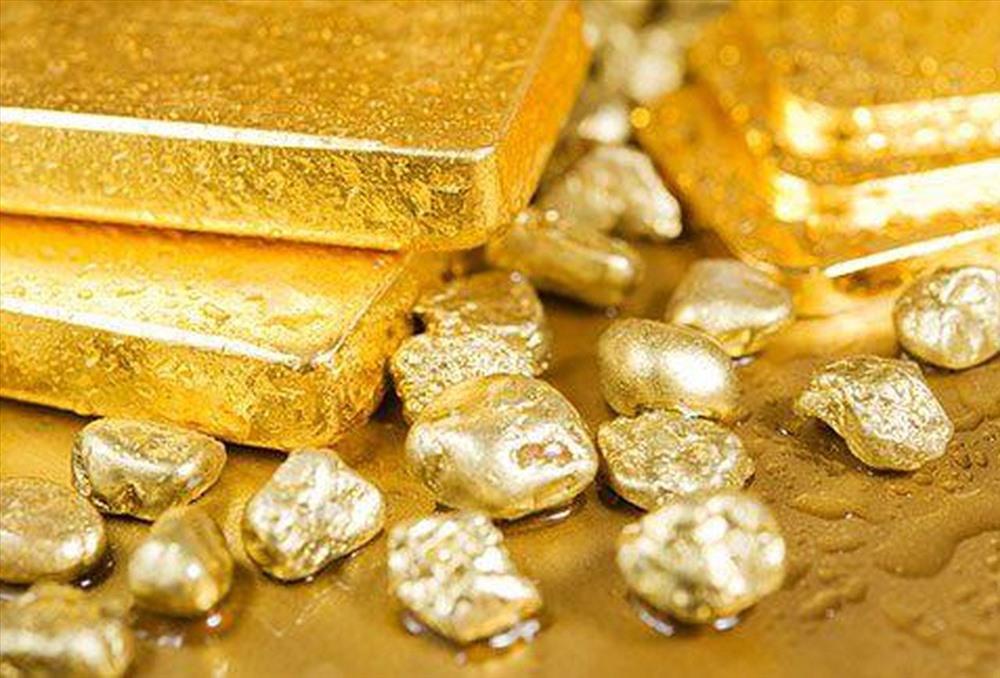 Chị em công sở rủ nhau rút tiết kiệm trước hạn để mua vàng vì giá vàng lên cao, có nên không? - Ảnh 1.