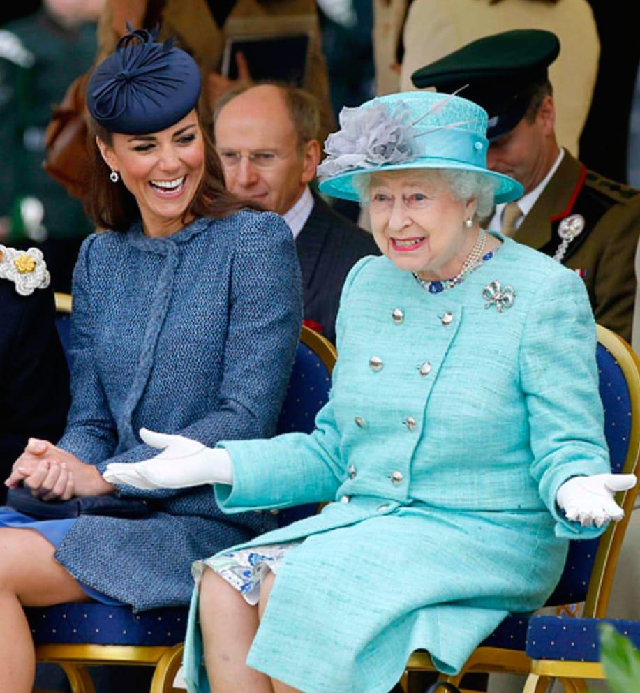 """Mặc đẹp đỉnh cao còn khéo """"nịnh"""" Nữ hoàng, bảo sao Công nương Kate luôn được dân tình yêu quý hết mực - Ảnh 1."""