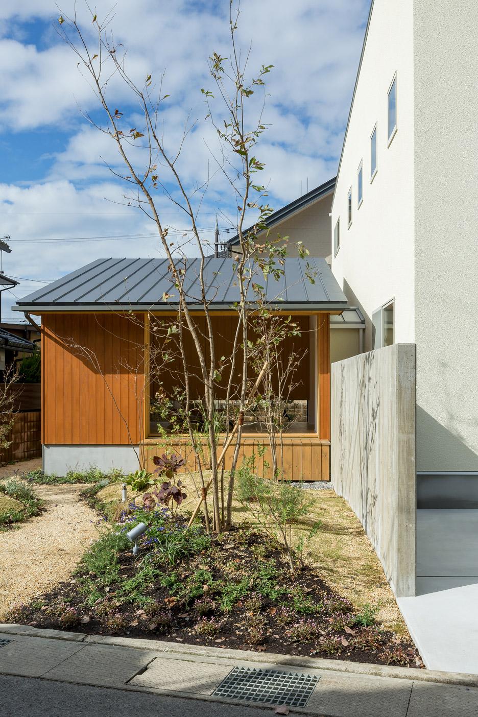 Ngôi nhà bình dị kết hợp góc làm việc hướng ra vườn đẹp lý tưởng dành cho gia đình trẻ - Ảnh 2.