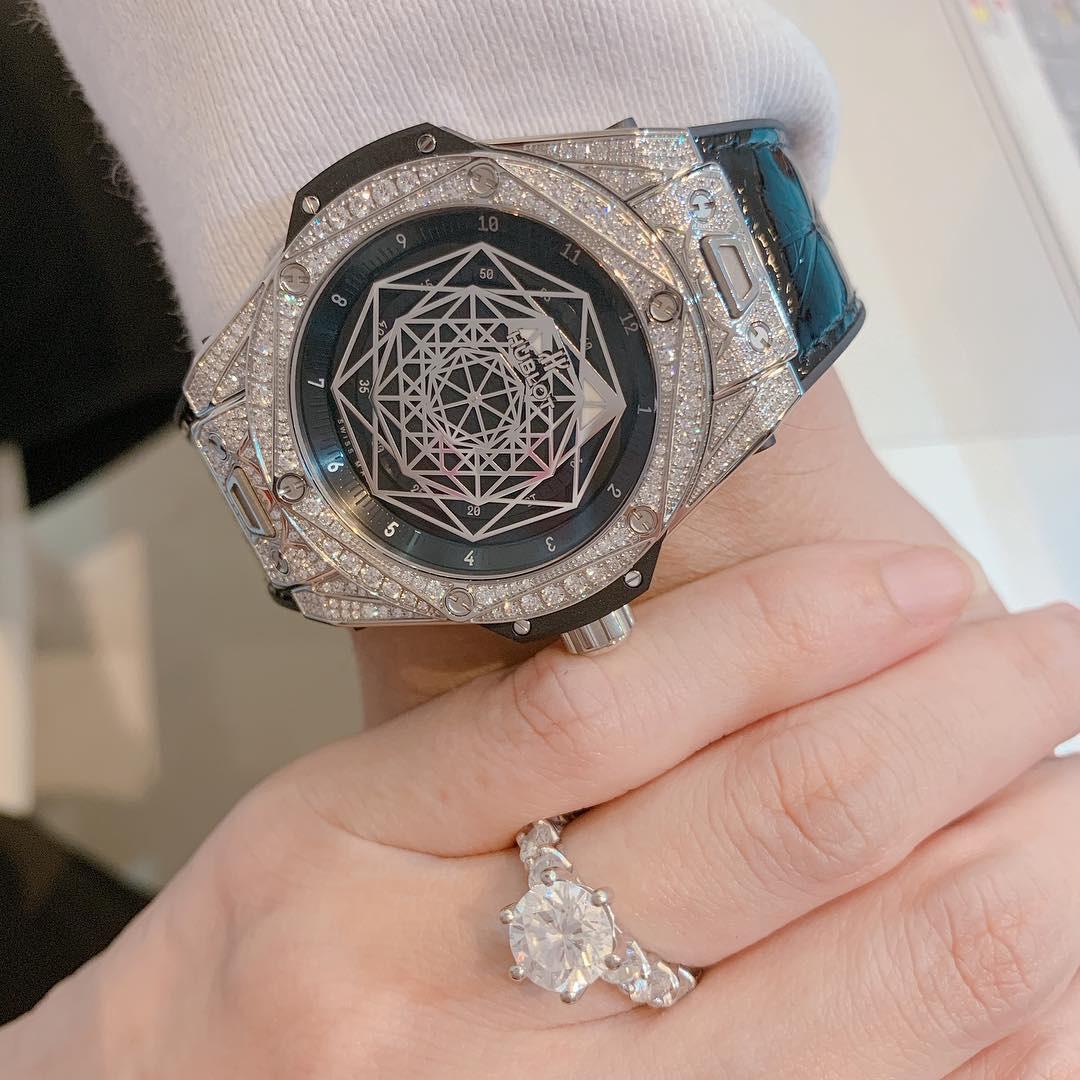 Dày công tặng bao túi trăm triệu cho vợ nên cứ đến sinh nhật là Trấn Thành được tặng đồng hồ tiền tỷ, càng ngày mức giá càng choáng hơn - Ảnh 3.