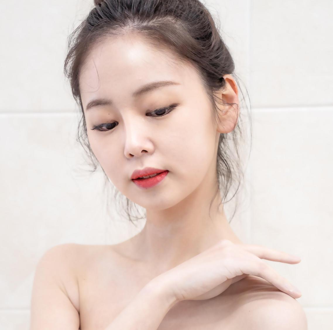 """""""Sốt xình xịch"""" xu hướng làm đẹp glass skin và bí quyết dưỡng da căng bóng sáng mịn như con gái Hàn Quốc - Ảnh 1."""