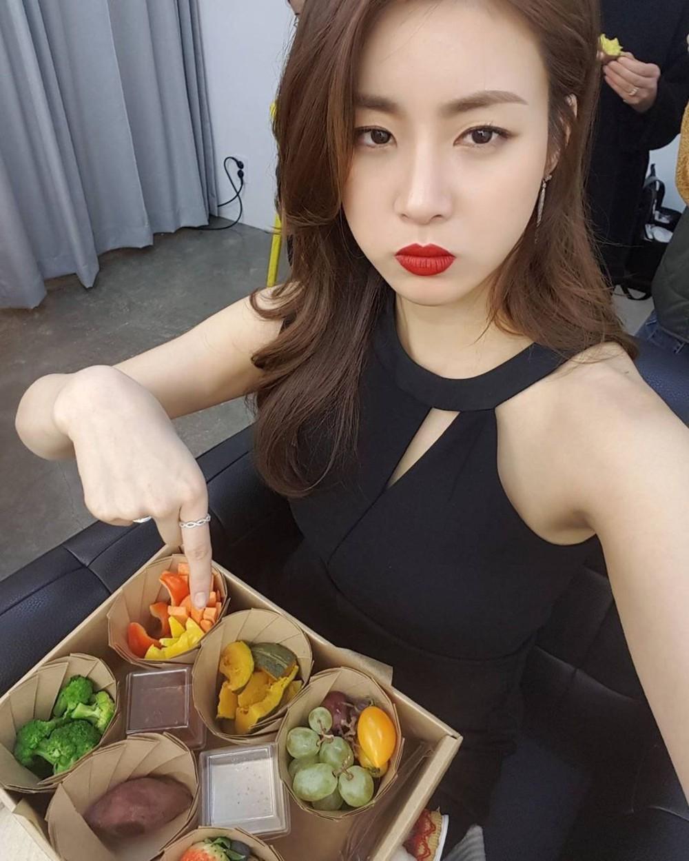 """Kang Sora giảm 20kg từ """"cô nàng đô con"""" mặc váy chật đến bục chỉ ngay trên thảm đỏ, lột xác thành mỹ nhân có đôi chân đẹp nhất xứ Hàn - Ảnh 4."""