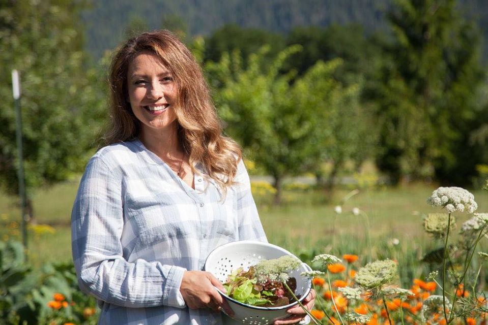 Cuộc sống hạnh phúc của mẹ trẻ xinh đẹp với công việc hàng ngày là chăm con và trồng rau quả sạch - Ảnh 4.
