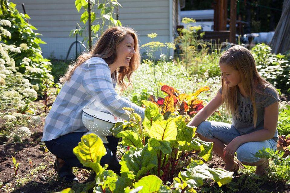 Cuộc sống hạnh phúc của mẹ trẻ xinh đẹp với công việc hàng ngày là chăm con và trồng rau quả sạch - Ảnh 2.