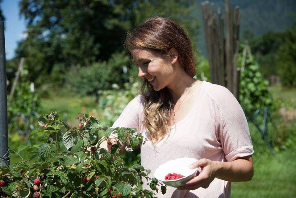 Cuộc sống hạnh phúc của mẹ trẻ xinh đẹp với công việc hàng ngày là chăm con và trồng rau quả sạch - Ảnh 1.
