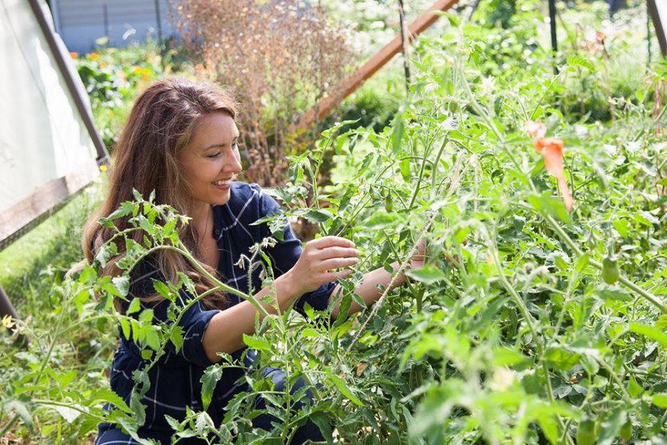 Cuộc sống hạnh phúc của mẹ trẻ xinh đẹp với công việc hàng ngày là chăm con và trồng rau quả sạch - Ảnh 3.