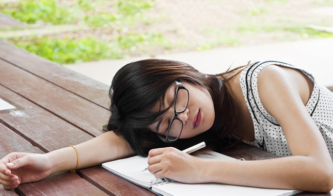 Tại sao chị em cứ đến văn phòng là buồn ngủ? Cùng tìm hiểu nguyên nhân và cách khắc phục ngay để cải thiện hiệu suất làm việc! - Ảnh 3.