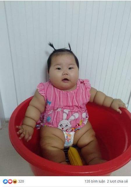 Cô bé 9 tháng tuổi nặng 18kg, chân tay đầy ngấn như chiếc bánh tét khiến cư dân mạng cứ trầm trồ không ngừng - Ảnh 1.