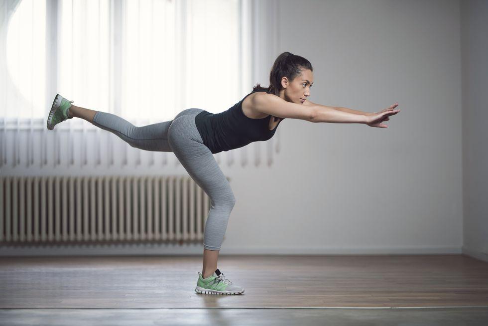 """Nữ phụ """"Itaewon Class"""": Ẩn sau bộ cánh công sở kín bưng là body sexy nghẹt thở, đôi chân dài hơn 1met và 5 động tác kéo dài chân mà Kwon Nara vẫn tập mỗi ngày - Ảnh 3."""