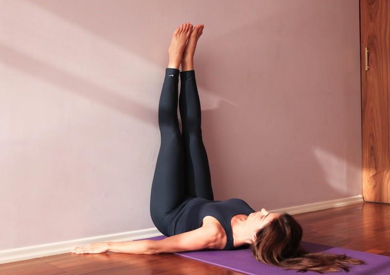 """Nữ phụ """"Itaewon Class"""": Ẩn sau bộ cánh công sở kín bưng là body sexy nghẹt thở, đôi chân dài hơn 1met và 5 động tác kéo dài chân mà Kwon Nara vẫn tập mỗi ngày - Ảnh 2."""