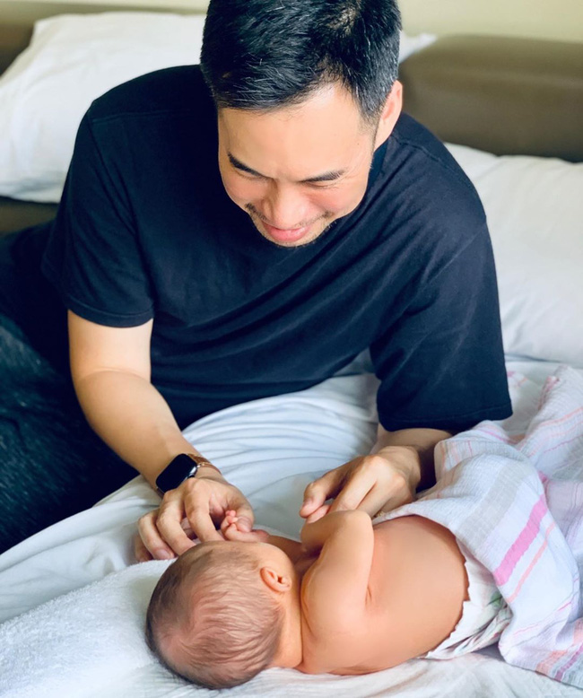 """Shark Linh lại đăng ảnh truyền năng lượng tích cực cho chị em, song nhân vật """"kỳ lạ"""" phía sau hot mom 43 tuổi mới thu hút chú ý - Ảnh 4."""