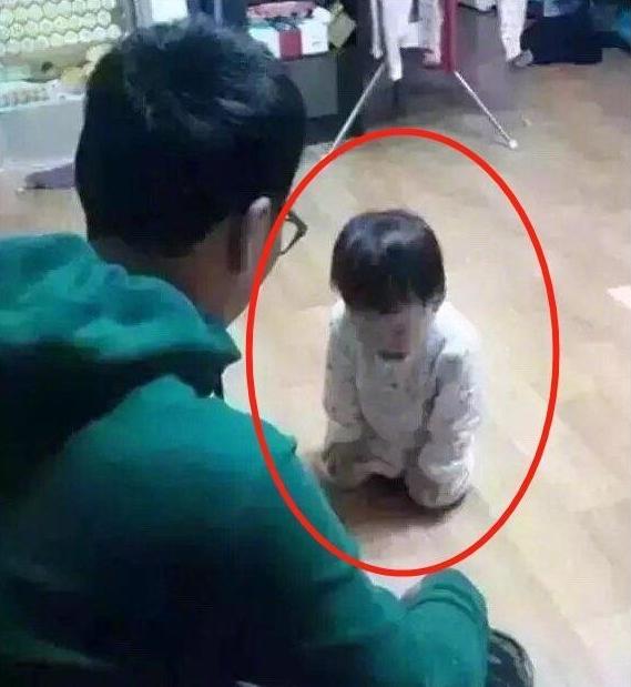 """Mẹ đi làm về giật mình thấy con gái 3 tuổi đang quỳ trước mặt bố, biết nguyên do cô cũng """"nghẹn ngào"""" không biết giải vây thế nào - Ảnh 1."""