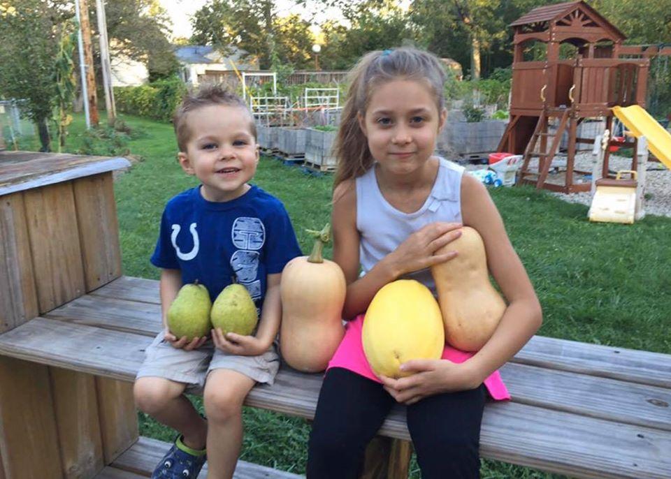 Khu vườn xanh tươi của ông bố cặm cụi trồng giúp 3 cô con gái xinh đẹp có thêm bài học hay về cuộc sống - Ảnh 3.