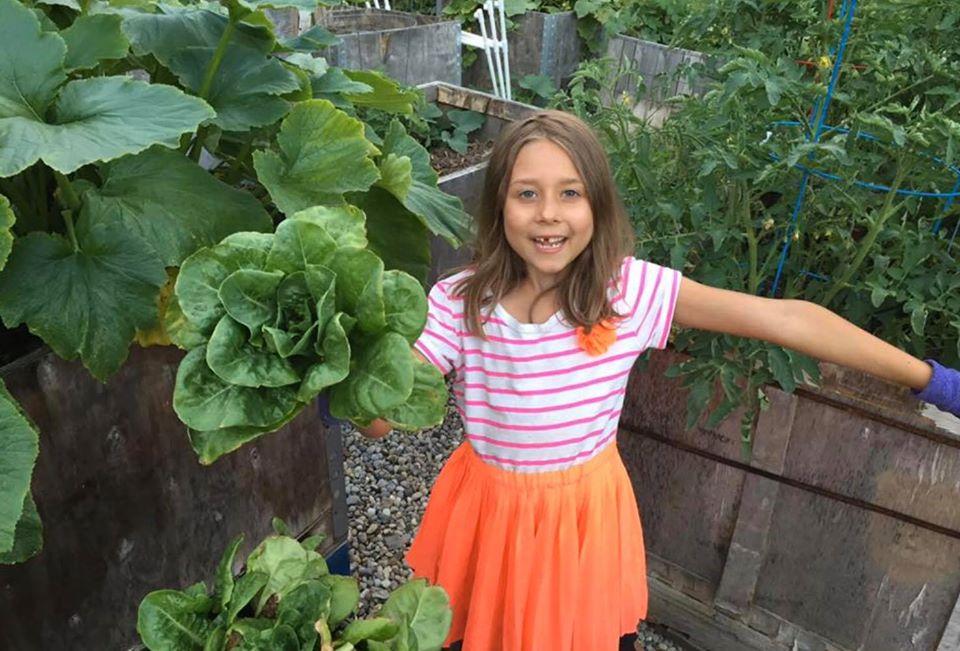 Khu vườn xanh tươi của ông bố cặm cụi trồng giúp 3 cô con gái xinh đẹp có thêm bài học hay về cuộc sống - Ảnh 12.