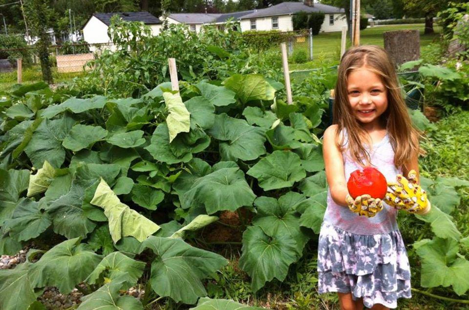 Khu vườn xanh tươi của ông bố cặm cụi trồng giúp 3 cô con gái xinh đẹp có thêm bài học hay về cuộc sống - Ảnh 10.