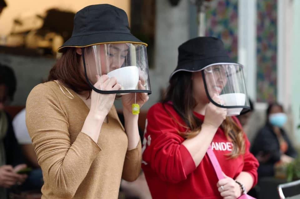 Sản phẩm mũ kèm kính chắn siêu hot dành cho hội chị em, vừa bảo vệ sức khỏe mà ra đường thời trang sáng rực cả phố - Ảnh 2.