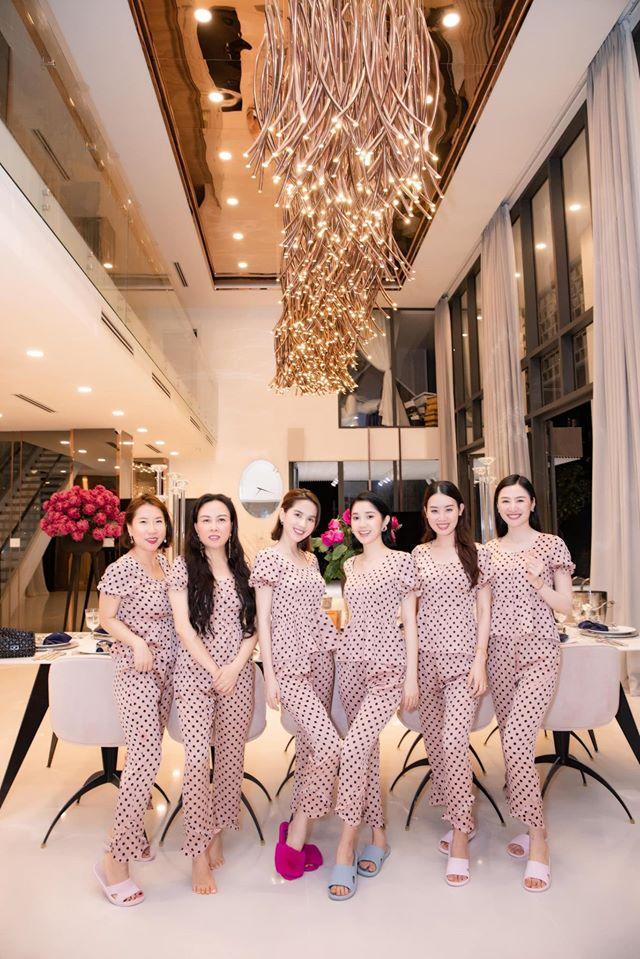 Chán diện đồ hiệu, Phượng Chanel rủ Ngọc Trinh mặc đồ ngủ hồng, hóa thiếu nữ mơ mộng - Ảnh 3.