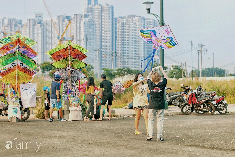 Chùm ảnh: Cánh đồng diều bay rợp trời hot nhất tại Sài Gòn, bất kể già trẻ, lớn bé ai cũng hăng say như trở về tuổi thơ - Ảnh 6.