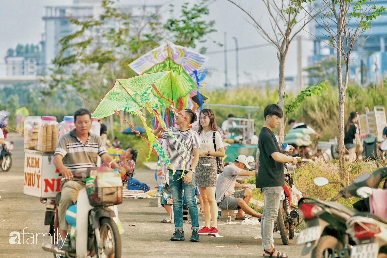 Chùm ảnh: Cánh đồng diều bay rợp trời hot nhất tại Sài Gòn, bất kể già trẻ, lớn bé ai cũng hăng say như trở về tuổi thơ - Ảnh 5.