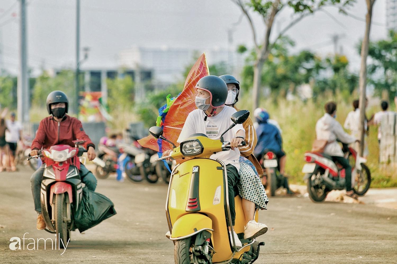 Chùm ảnh: Cánh đồng diều bay rợp trời hot nhất tại Sài Gòn, bất kể già trẻ, lớn bé ai cũng hăng say như trở về tuổi thơ - Ảnh 9.