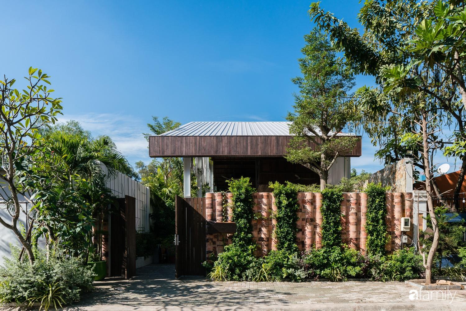 Ngôi nhà gỗ với thiết kế giống tổ chim đẹp như resort nghỉ dưỡng đậm chất thơ trong lòng Sài Gòn - Ảnh 1.