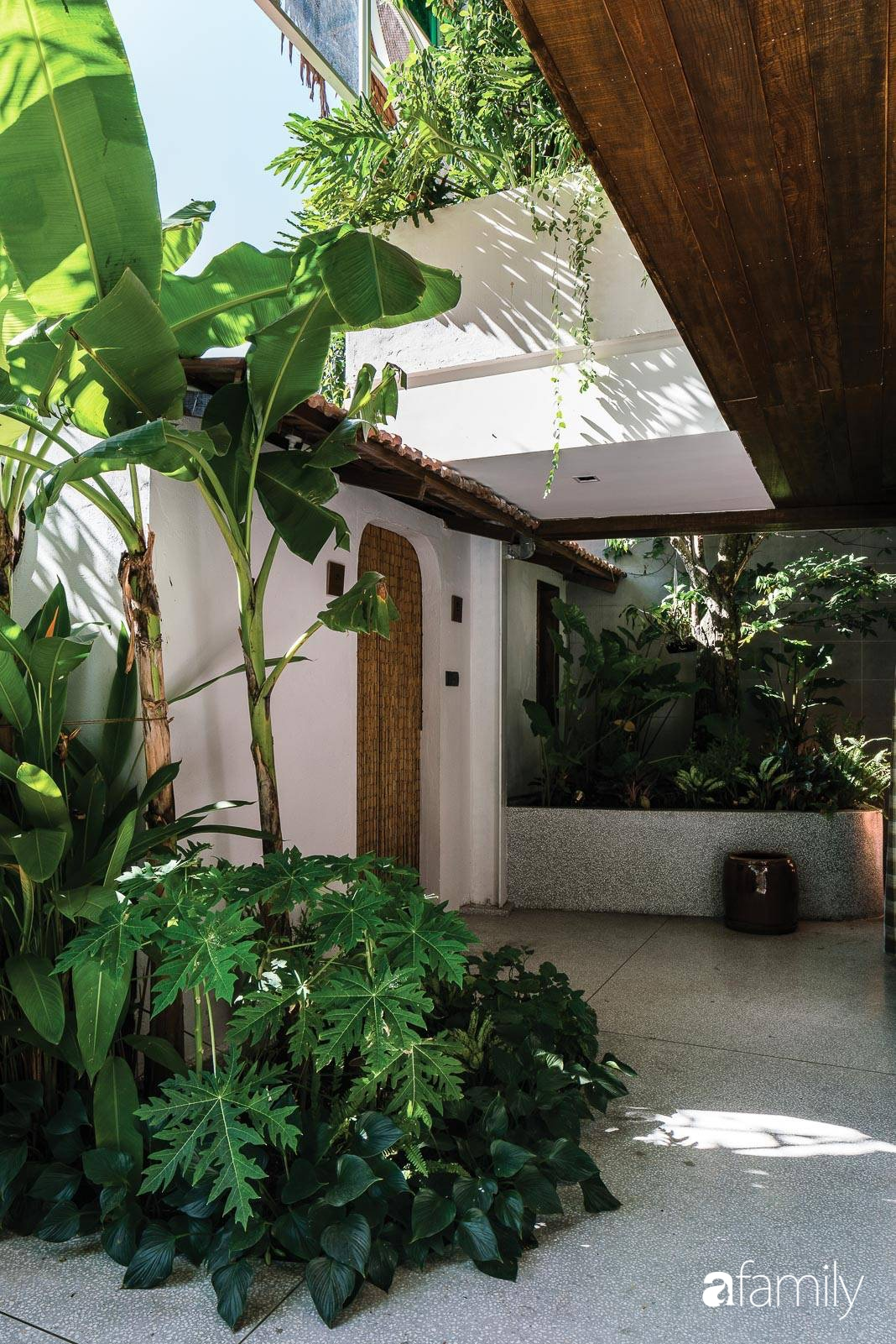 Ngôi nhà gỗ với thiết kế giống tổ chim đẹp như resort nghỉ dưỡng đậm chất thơ trong lòng Sài Gòn - Ảnh 13.