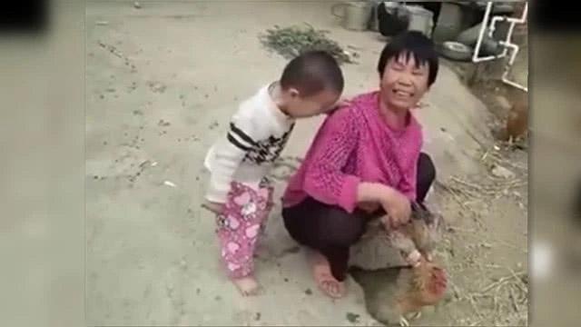 Cậu bé 3 tuổi khóc lóc, nằng nặc không cho bà mổ gà. Cư dân mạng khen ngợi sự nhân hậu của bé. - Ảnh 2.