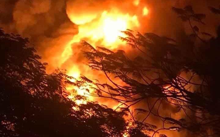 Hình ảnh đám cháy kinh hoàng tại kho chứa lốp xe và dầu máy rộng hàng nghìn mét ở Quảng Ninh