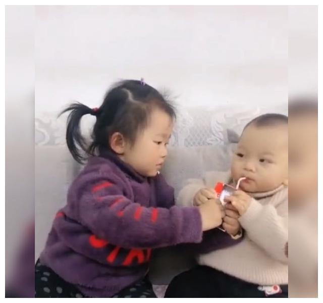 Tuyệt chiêu cho bé uống thuốc và màn phối hợp của cô chị khiến nhiều người tán thưởng - Ảnh 3.