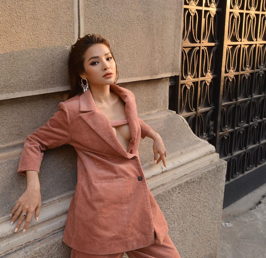"""Street style sao Việt: Ngọc Trinh lộ chân gân guốc, """"chị đại"""" Lê Quyên eo bé đến mức như """"bơi"""" trong váy - Ảnh 17."""