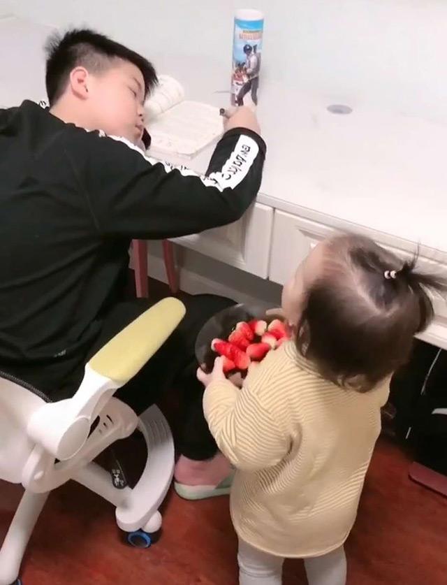 Em gái nhỏ chăm sóc anh trai tận tình khiến ai cũng khen mẹ bé biết cách giáo dục con - Ảnh 1.