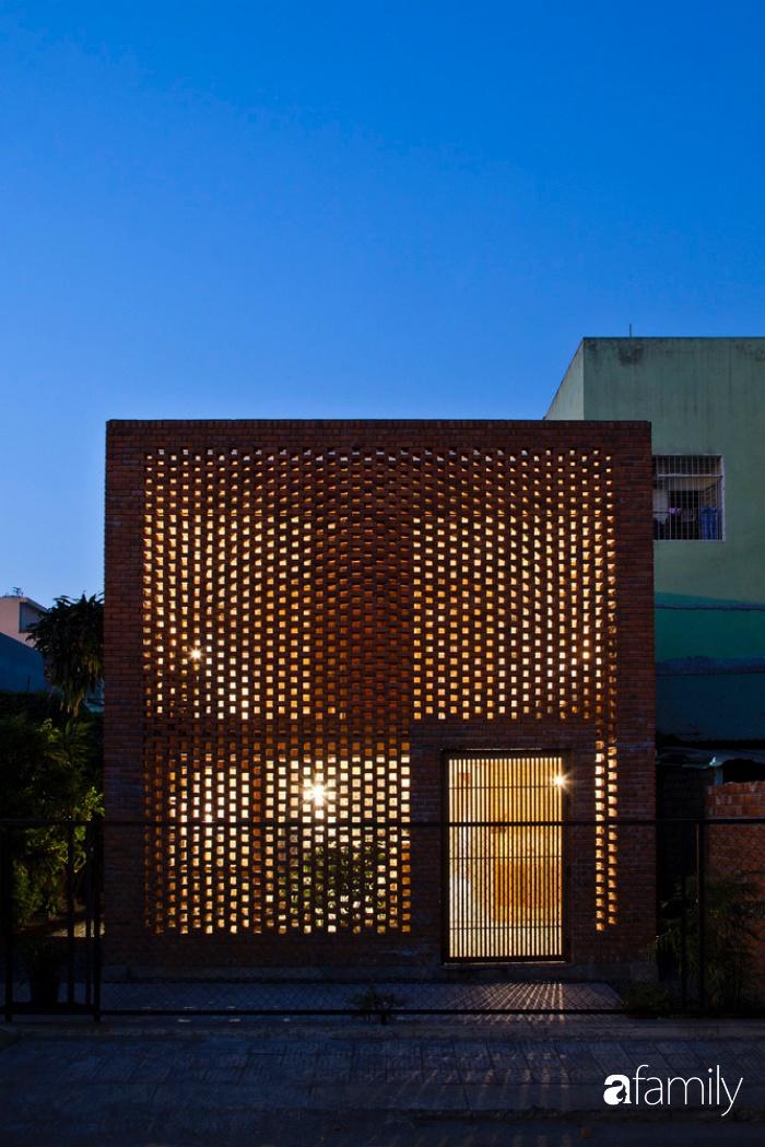 Căn nhà độc lạ với những bức tường xây bằng gạch nung lấy cảm hứng từ tổ mối có chi phí xây dựng 550 triệu đồng ở Đà Nẵng - Ảnh 2.