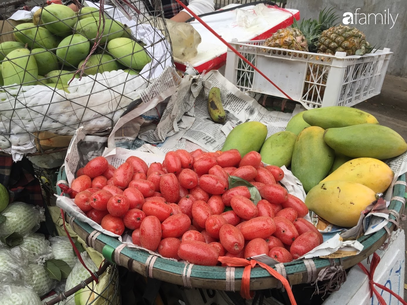 Nhót ngọt chín đầy đường, giá 60.000 đồng/kg thu hút giới ăn vặt Hà thành - Ảnh 3.