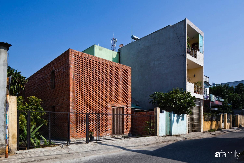 Căn nhà độc lạ với những bức tường xây bằng gạch nung lấy cảm hứng từ tổ mối có chi phí xây dựng 550 triệu đồng ở Đà Nẵng - Ảnh 1.