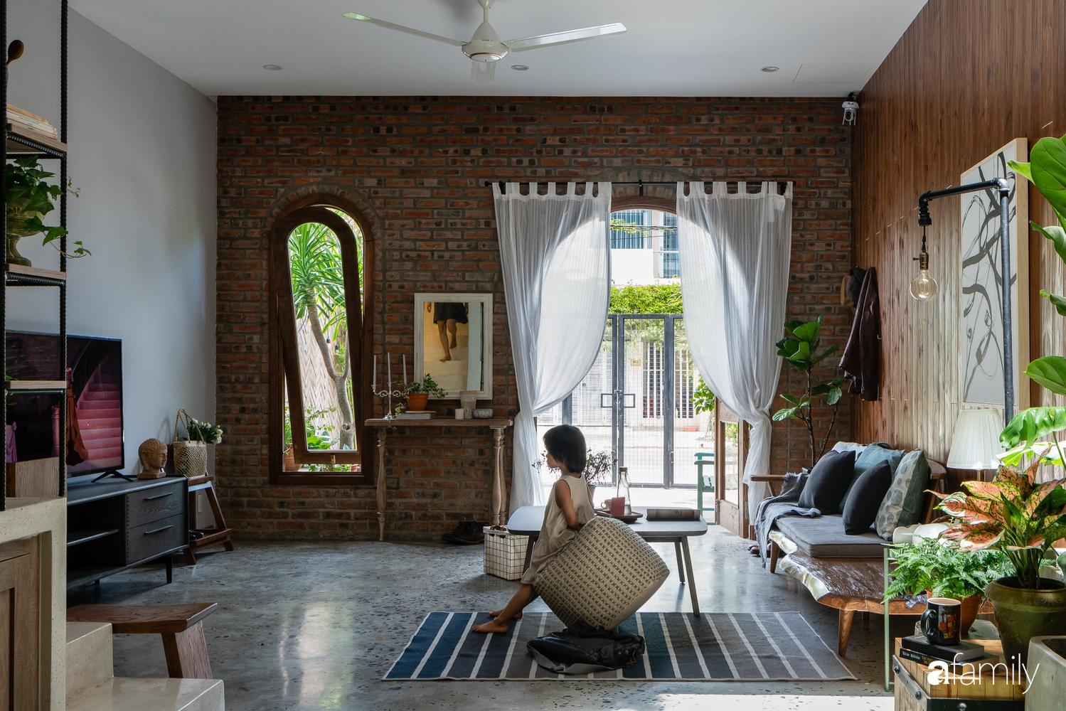 Ngôi nhà có kiến trúc độc đáo giàu tính nghệ thuật đẹp yên bình, mộc mạc giữa trung tâm thành phố Đà Nẵng - Ảnh 2.