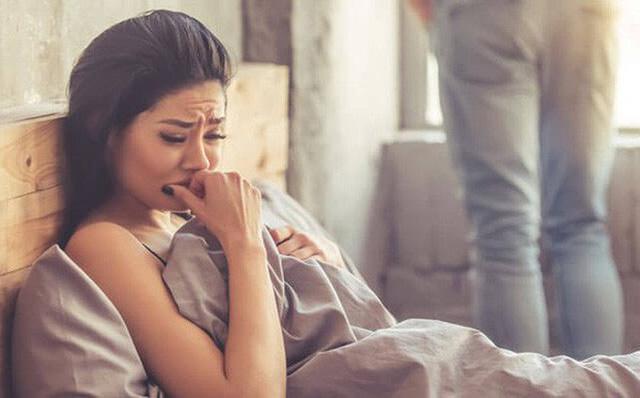 Thấy vợ trở mình không ngủ được, chồng ôm lấy tôi thở dài rồi nói một câu khiến tôi giận dữ hất anh ra rồi bỏ đi ngay trong đêm - Ảnh 2.