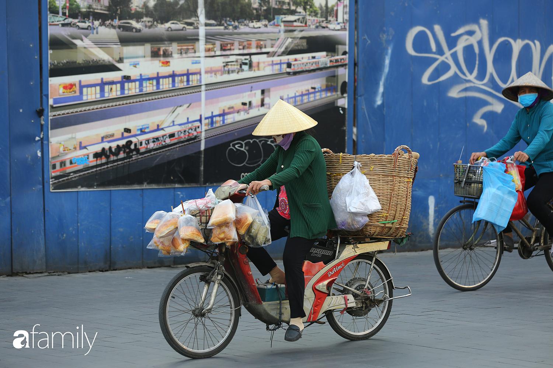 """Sài Gòn ngày đầu áp dụng quy định mang khẩu trang nơi công cộng - Ai cũng đeo vì """"ngán Covid lắm"""", nhưng vẫn có nhiều người chẳng hiểu sao vẫn """"để mặt mũi trống không"""" - Ảnh 3."""