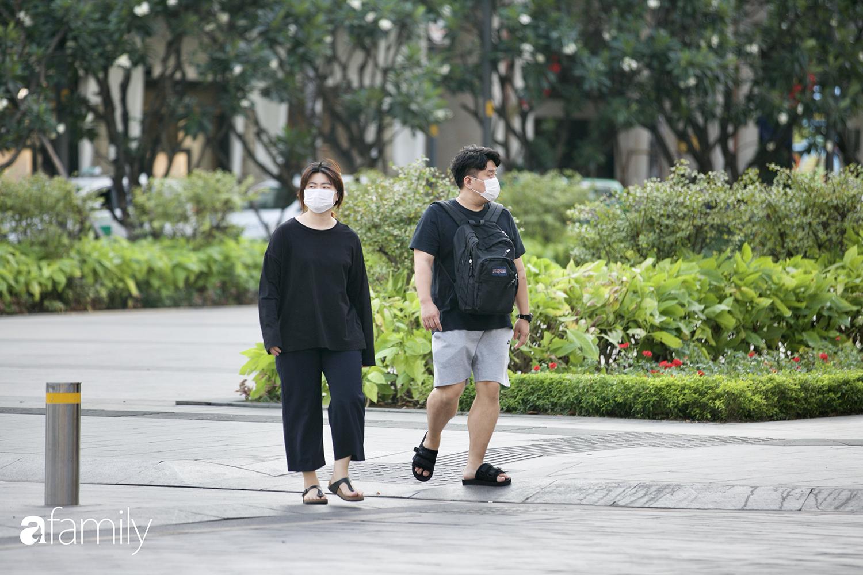 """Sài Gòn ngày đầu áp dụng quy định mang khẩu trang nơi công cộng - Ai cũng đeo vì """"ngán Covid lắm"""", nhưng vẫn có nhiều người chẳng hiểu sao vẫn """"để mặt mũi trống không"""" - Ảnh 1."""
