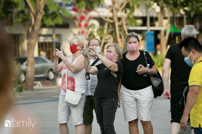 """Sài Gòn ngày đầu áp dụng quy định mang khẩu trang nơi công cộng - Ai cũng đeo vì """"ngán Covid lắm"""", nhưng vẫn có nhiều người chẳng hiểu sao vẫn """"để mặt mũi trống không"""" - Ảnh 7."""