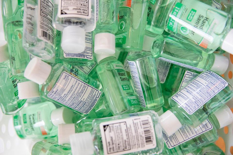 Dịch Covid-19: Tập đoàn đồ hiệu LVMH tạm ngừng sản xuất nước hoa, mỹ phẩm để chuyển sang sản xuất nước rửa tay - Ảnh 2.
