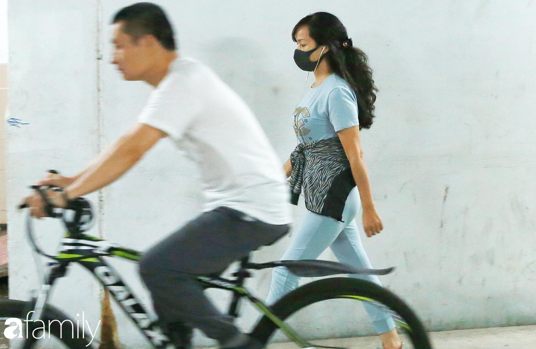 Kỳ lạ giữa Hà Nội mùa dịch corona: Trên đường vắng tanh, già trẻ, lớn bé rủ nhau xuống hầm tập thể thao nâng cao sức khỏe - Ảnh 13.