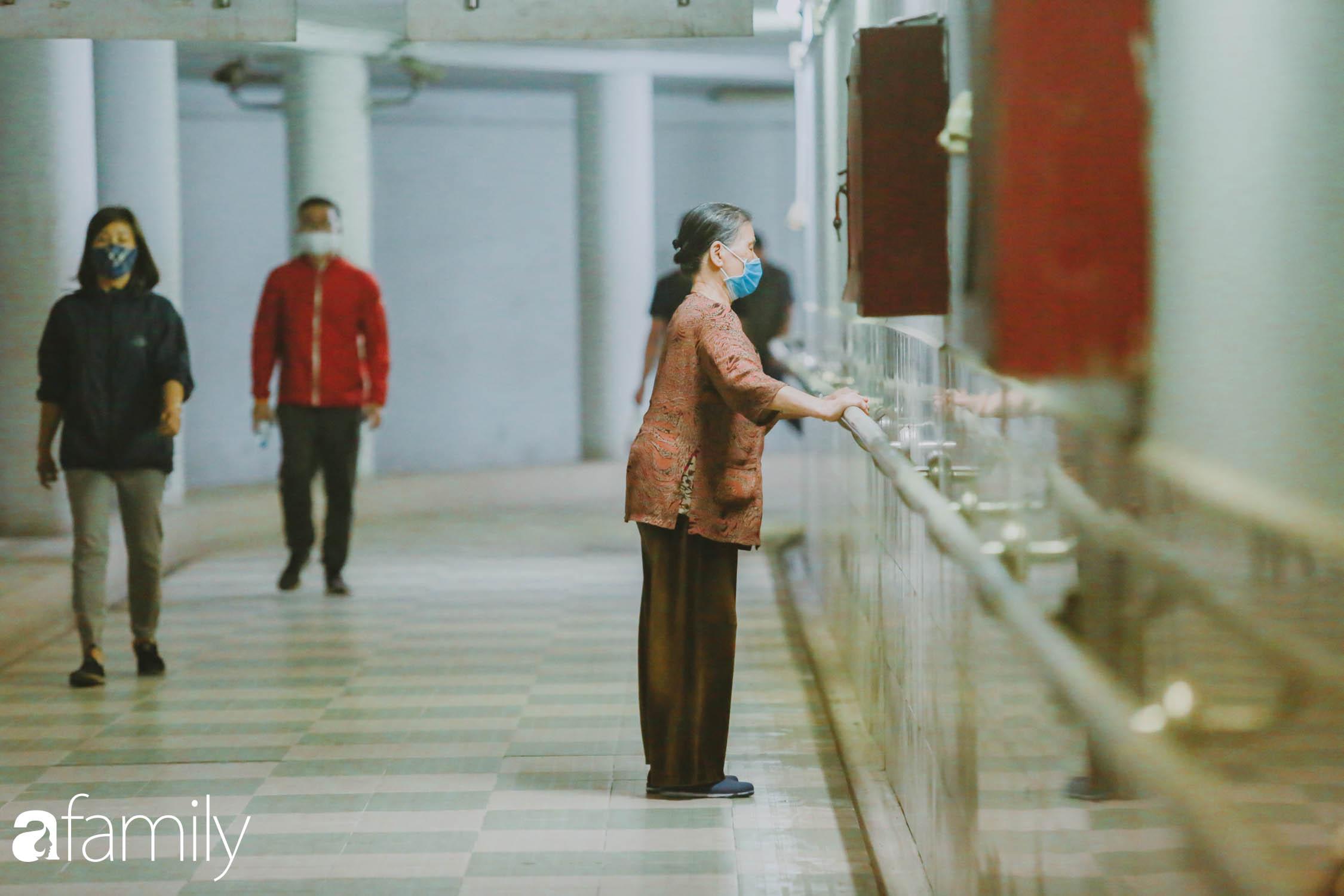 Kỳ lạ giữa Hà Nội mùa dịch corona: Trên đường vắng tanh, già trẻ, lớn bé rủ nhau xuống hầm tập thể thao nâng cao sức khỏe - Ảnh 11.