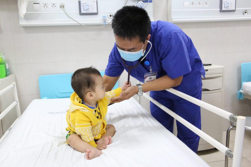 Một bệnh nhi 11 tháng tuổi mắc bệnh Kawasaki hiếm gặp được điều trị khỏi lần đầu tiên tại Trung tâm Sản Nhi Phú Thọ - Ảnh 1.